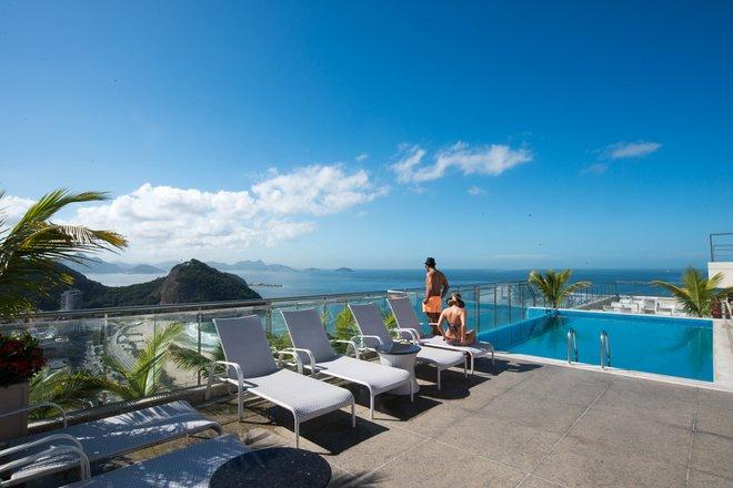 La piscina en el Hilton Rio de Janeiro Copacabana / Oyster