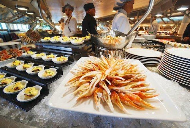 Terrasse Café Buffet sur Oceania Cruises 'Riviera / Jason Leppert