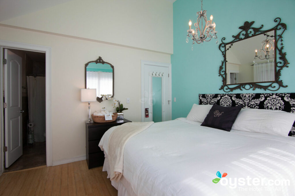 The 3-Bedroom Lexington Cottage at The Palms Hotel features cheery, bright decor.