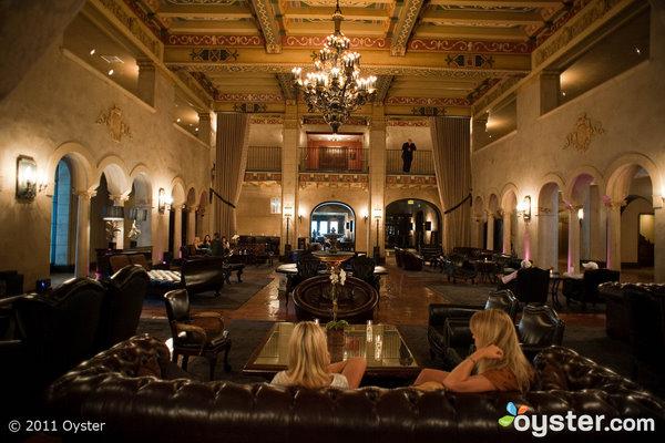 El Hollywood Roosevelt es el hogar de Beacher's Madhouse, donde Emma Roberts y Glee's Chord Overstreet fueron vistos besándose con bebidas.