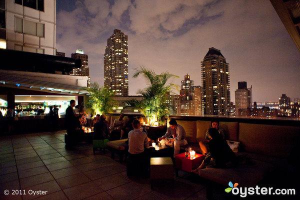 Kevin Jonas se hizo cariñoso con su esposa Danielle en The Rooftop en el Empire Hotel.