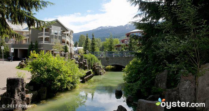 El lujoso pero rústico Nita Lake Lodge se encuentra convenientemente ubicado entre las montañas y el lago.