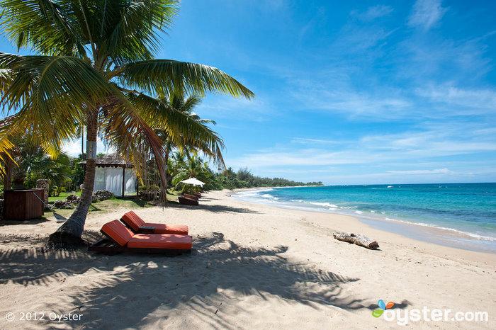 La plage d'Aguadilla est beaucoup plus calme que certains des hôtels plus orientés vers la fête de Puerto Rico situés à San Juan.