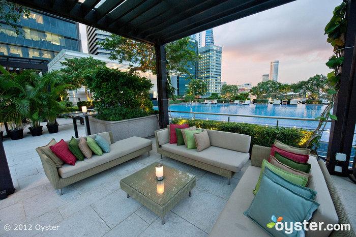 O bar ao ar livre do hotel, o Lantern, é um ponto de acesso entre os habitantes locais e os hóspedes.