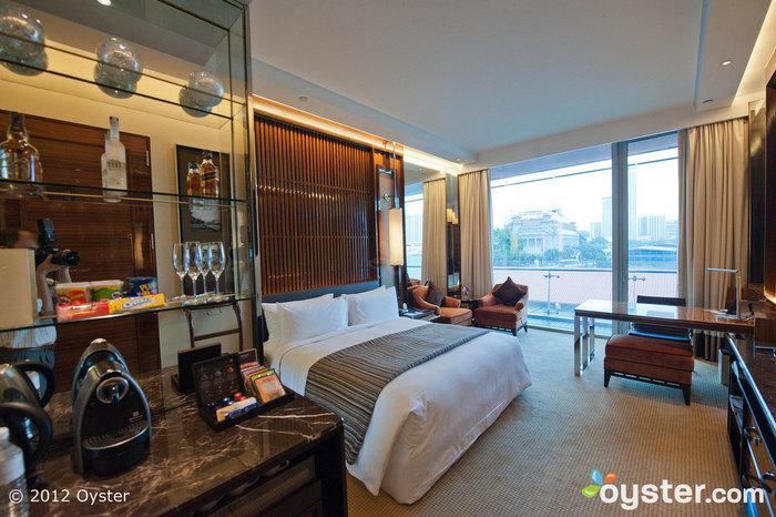 O quarto Premier Bay no Fullerton Bay Hotel tem - você adivinhou - vistas deslumbrantes da baía.