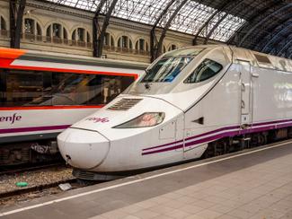 L'AVE relie Madrid à Barcelone et Séville en moins de 3 heures. Crédit: istockphoto / Holger Mette