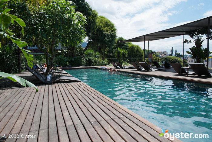 A piscina da cobertura tem vistas deslumbrantes da cidade.