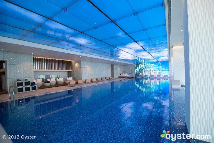 A linda piscina interior tem excelentes vistas e um jacuzzi