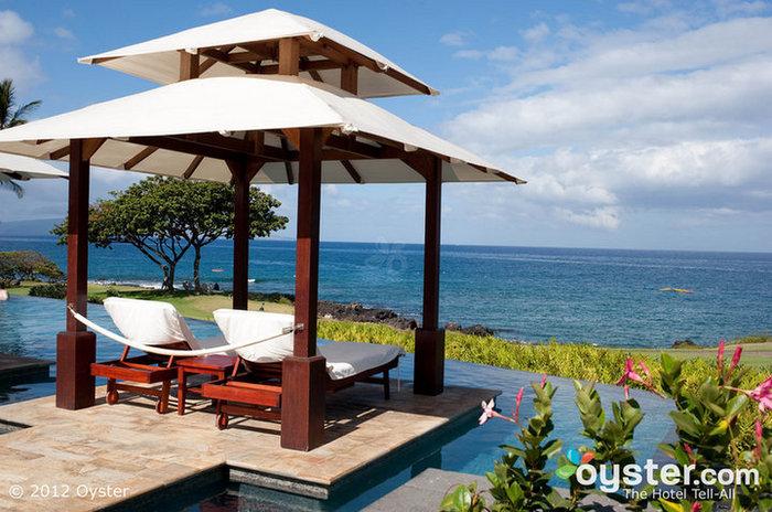 Cabanas sexy donnent sur la piscine à débordement et l'océan au Marriott Wailea Resort.