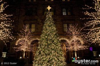 El New York Palace se pone de humor para las fiestas, tal vez están inspirados en las tiendas navideñas de Bryant Park.