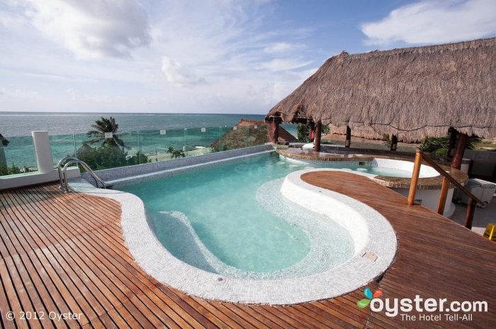 Os resorts opcionais de roupas, como o Desire Riviera Maya, podem ver algumas ações com classificação X.