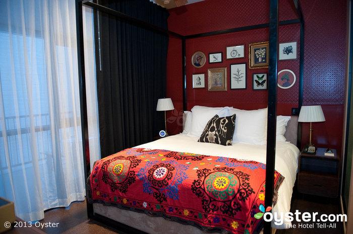 Padrões impressos apimentam os quartos de estilo vintage.