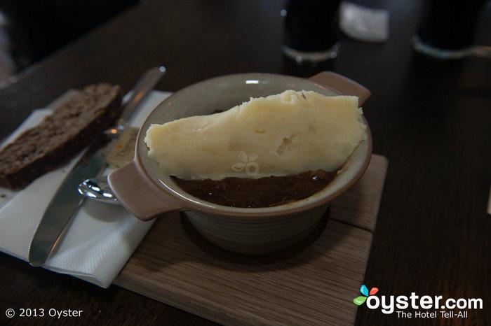 En Guinness Storehouse en Dublín, los visitantes pueden disfrutar de carne de res y Guinness estofado con una abundante porción de puré de papas.