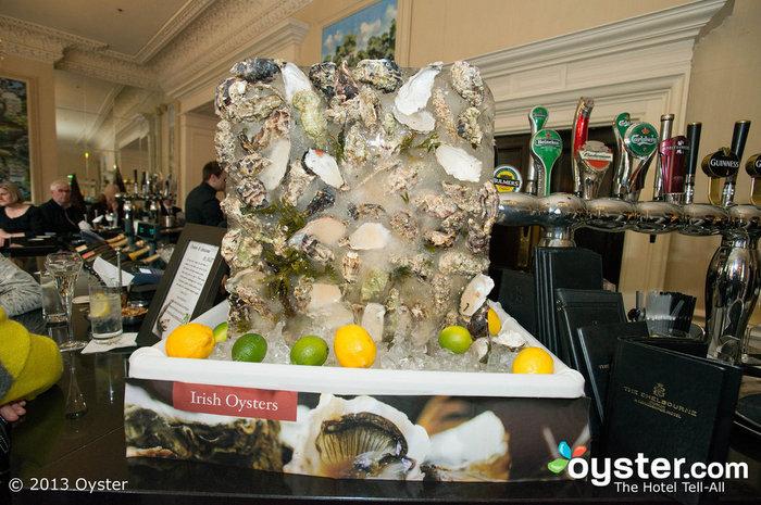 En The Shelbourne, las ostras irlandesas frescas se ven tan bien como saben.