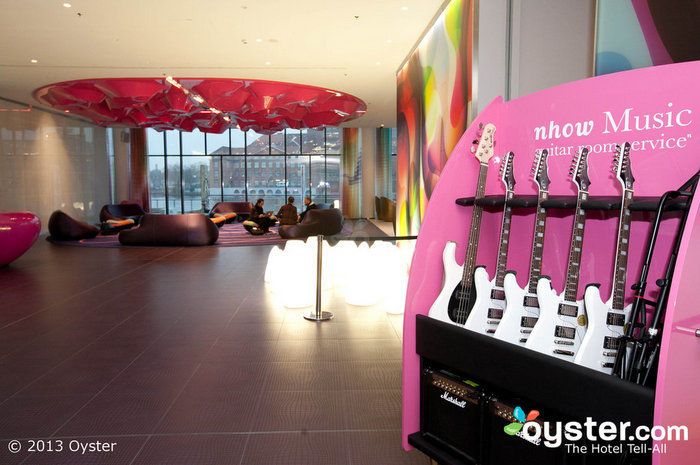Les clients de cet hôtel design peuvent louer des guitares pour leur usage personnel.