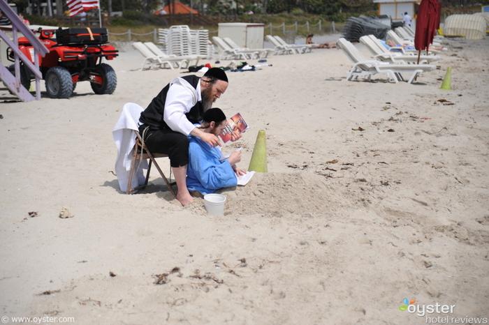 Hasidim Beachin' It