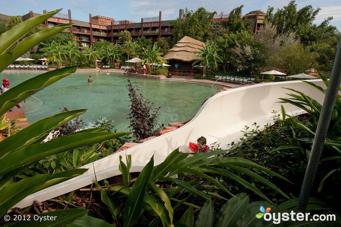 Kinder lieben die lange, gewundene Rutsche am Pool der Disney Animal Kingdom Lodge.