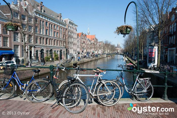 O sistema de canais e pontes de Amsterdã é maior que o de Veneza.