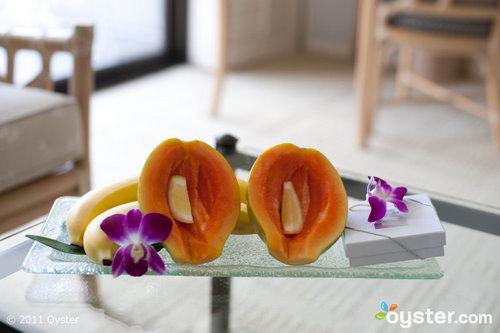 Obst, Schokolade und Blumen erwarten Sie in Ihrem Zimmer im Halekulani on Oahu.