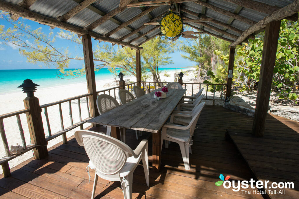 Bar de playa en Pigeon Cay Beach Club / Oyster