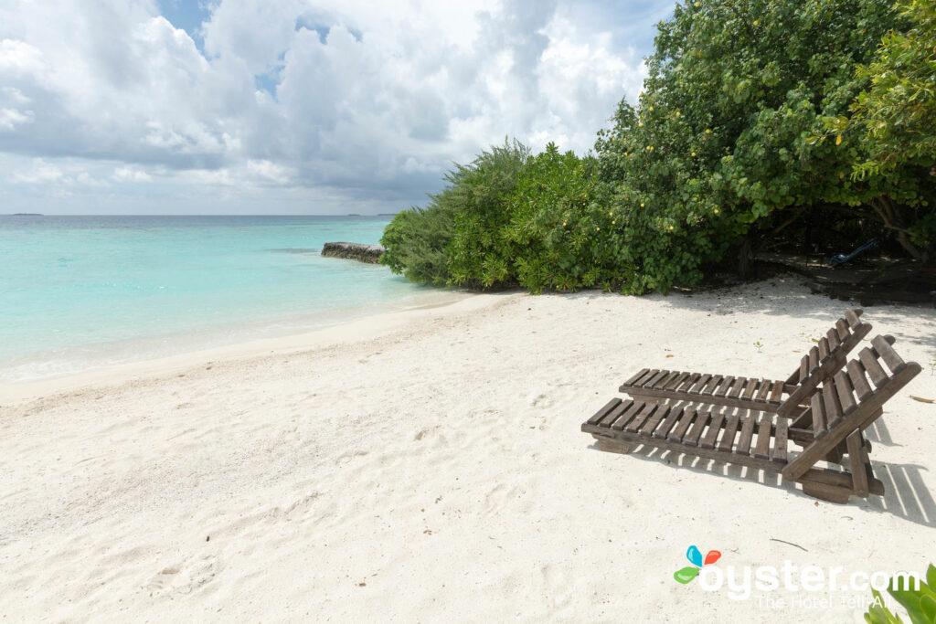 The beach at Makunudu Island is peaceful and pleasant.