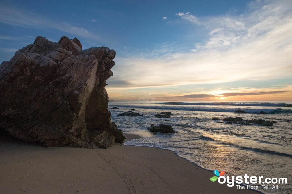 Spiaggia del Cabo Surf Hotel , che non ha subito molti danni durante l'uragano Odile e si è riaperta rapidamente.