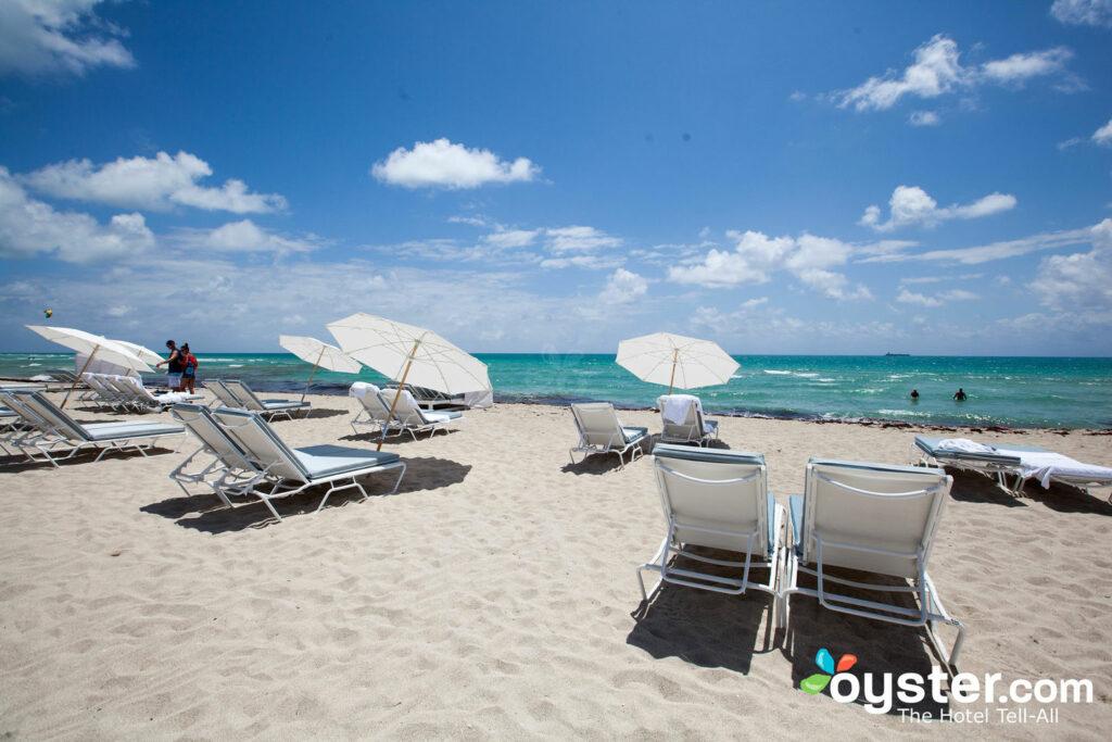 El área de la playa de arena es grande y pacífica.