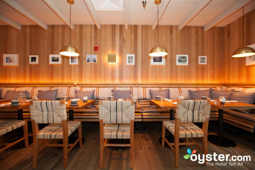 El espacio de dos niveles de Beachcraft tiene un ambiente de playa elegante con una cocina abierta y cabinas de cuero.