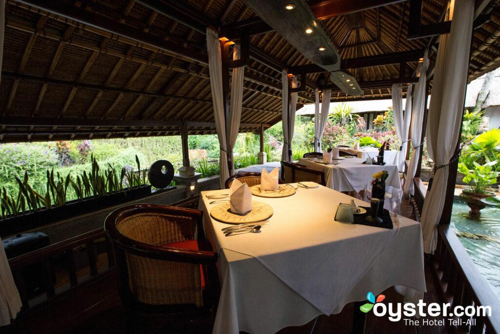Et terminez votre journée avec un cocktail et des plats indonésiens-fusion.