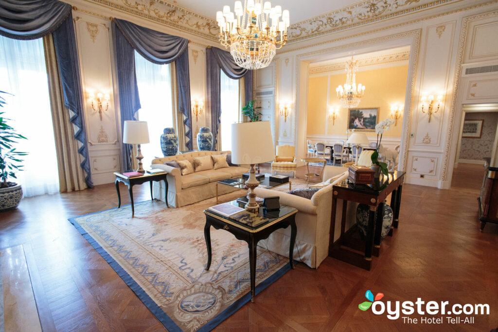 La suite impériale (photo ci-dessus) au Shangri-La est magnifique, mais nous disons que son prix stupéfiant ne vaut pas la mise à niveau. Le taux de la chambre de luxe, cependant, vaut le coût supplémentaire.