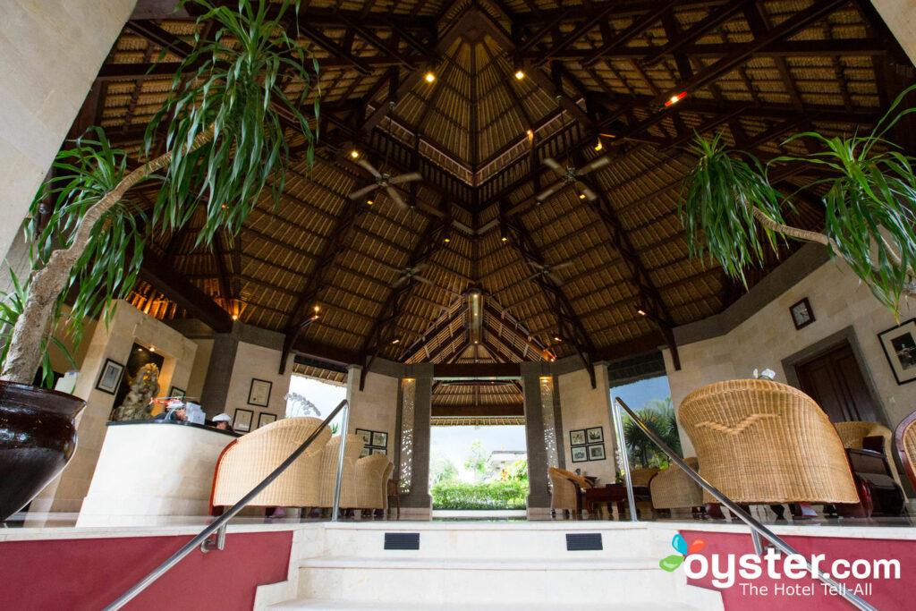 Treten Sie durch die schöne Open-Air-Lobby ein.