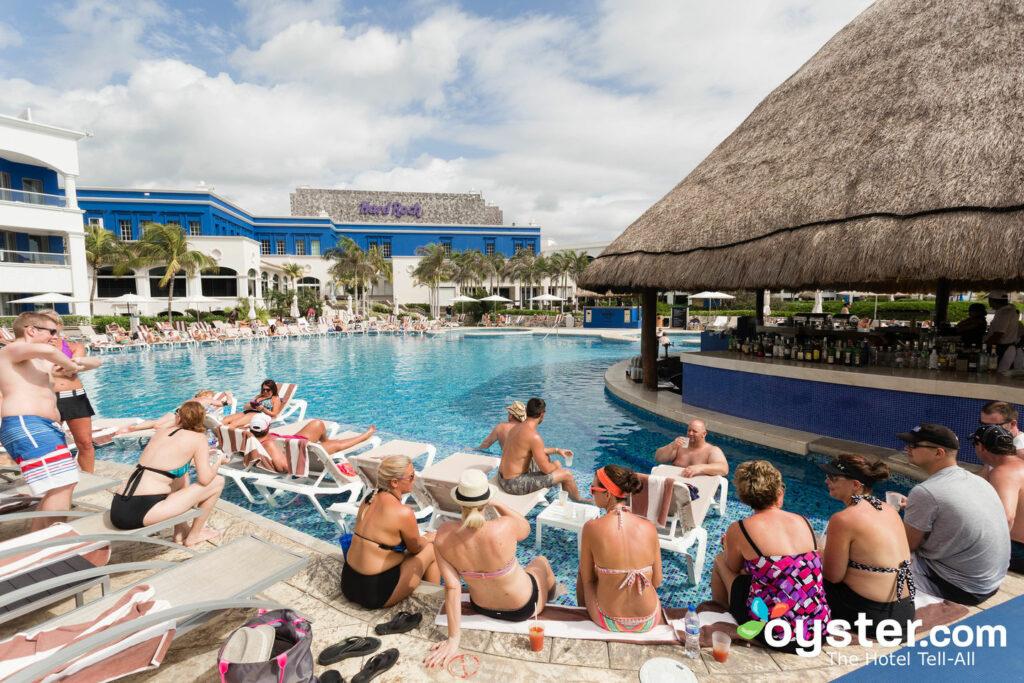 Hauptpool im Himmel im Hard Rock Hotel Riviera Maya / Oyster