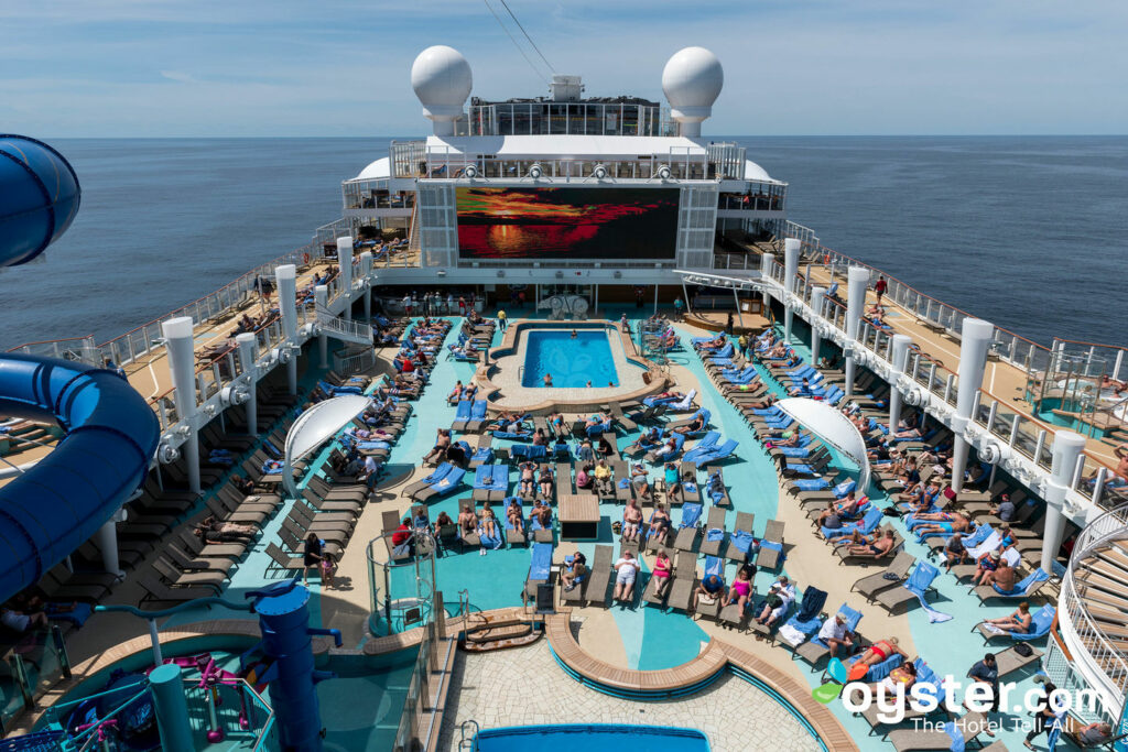 Piscina principal en Norwegian Bliss / Oyster