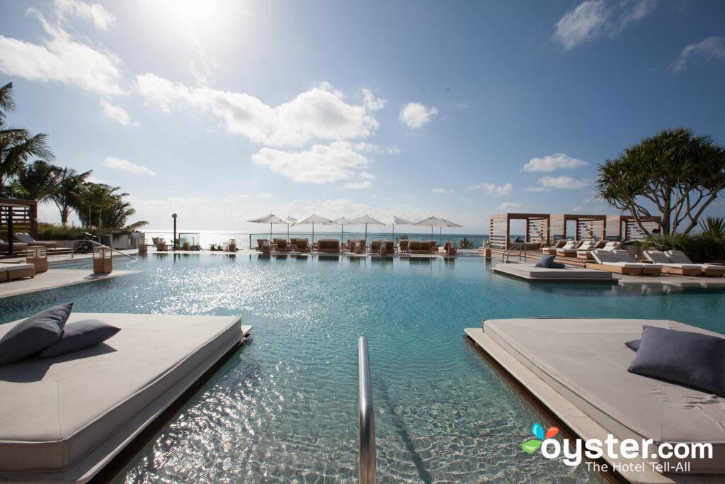 La piscina principal tiene vistas a la hermosa playa de Miami.