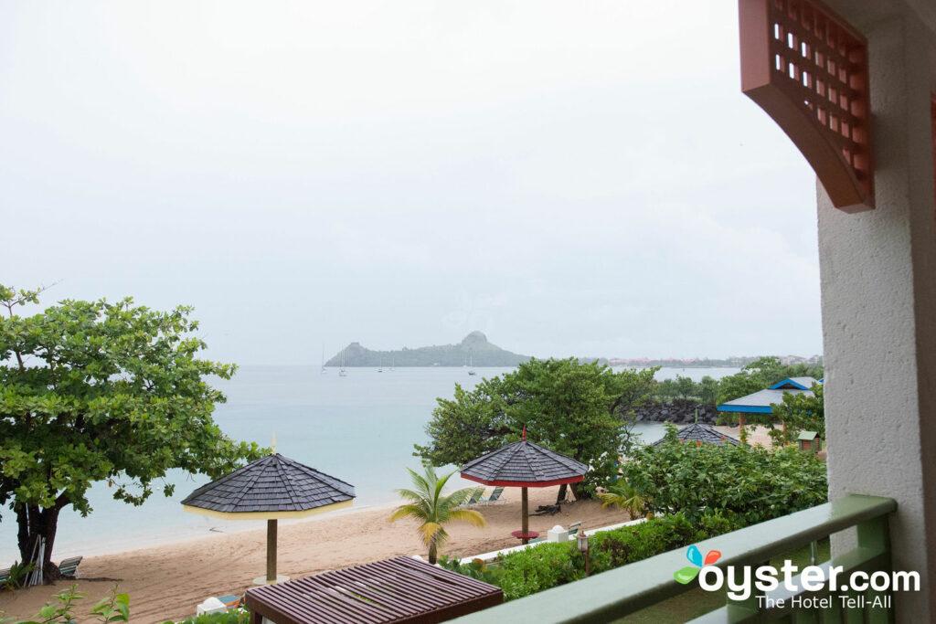 Vista dalla suite fronte spiaggia con una camera da letto al Bay Gardens Beach Resort