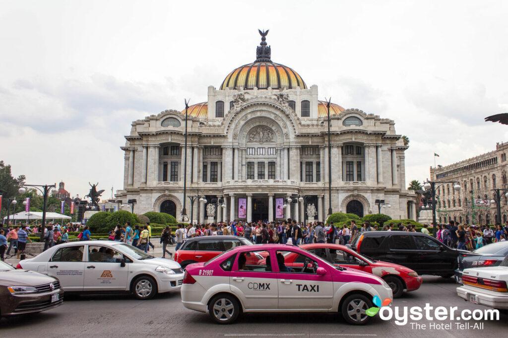 La circulation de Mexico est animée par l'emblématique Palacio de Bellas Artes.