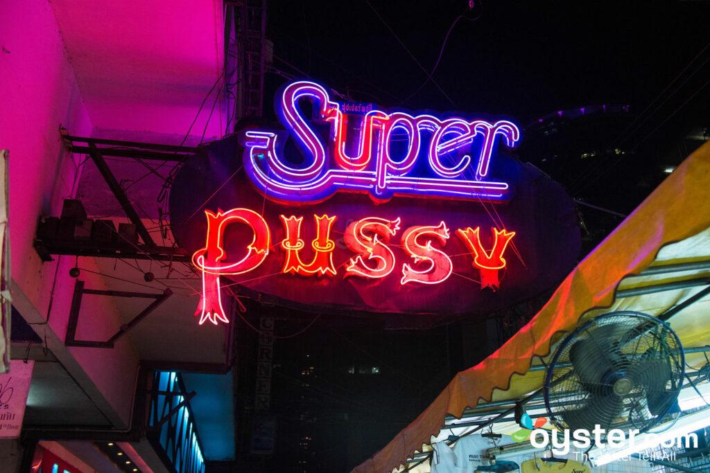 Um dos clubes no Patpong Night Market de Banguecoque.