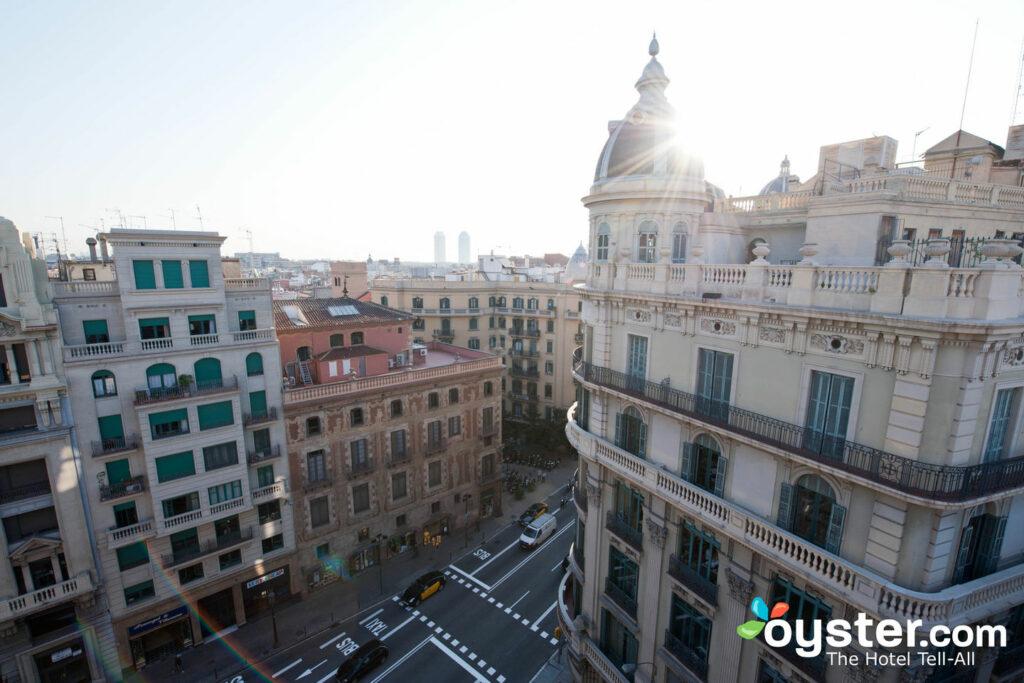 A luz mediterrânea mágica de Barcelona vista do Ohla Hotel no Eixample.