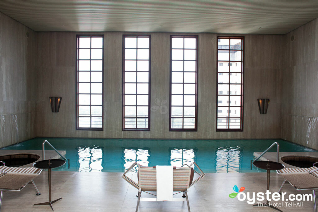 Piscina indoor com mini-cascatas e jacuzzis