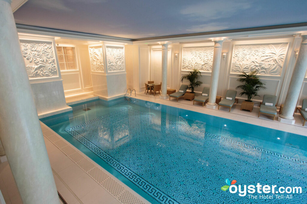 La piscina en el Shangri-La Hotel Paris