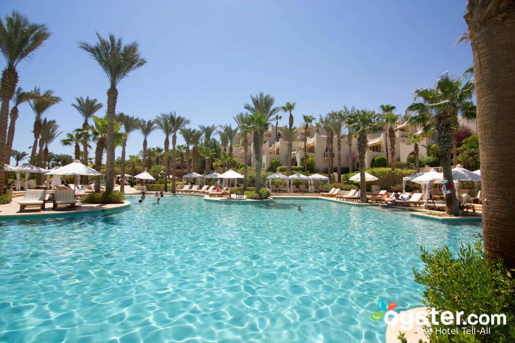 La piscina climatizada Waha tiene música bajo el agua, cabañas privadas y un jacuzzi adyacente.