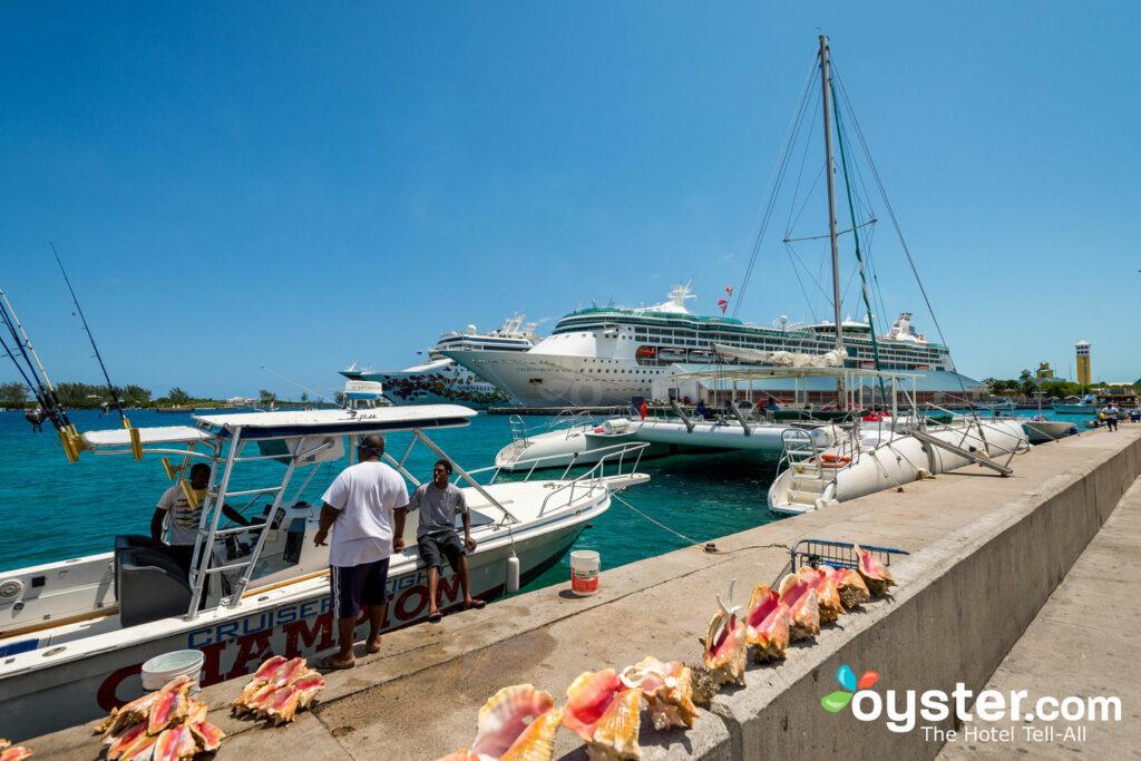 Conchas e navios de cruzeiro no Prince George Wharf de Nassau.