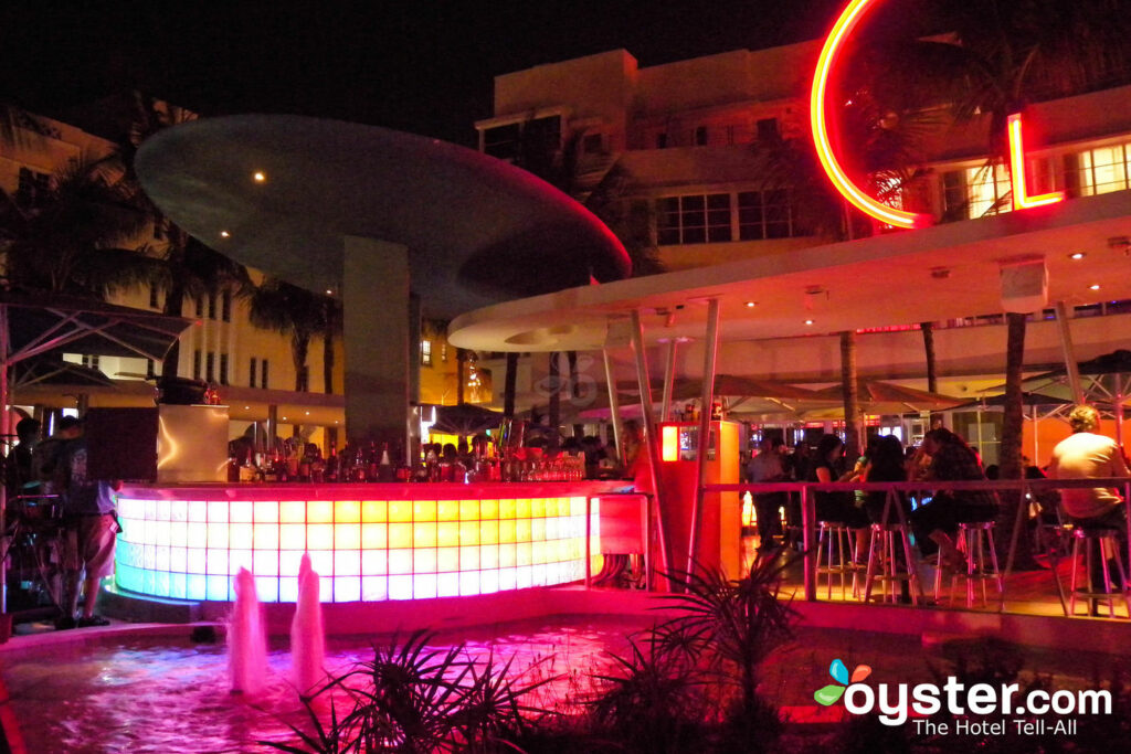 Bar de la piscina en el Hotel Clevelander South Beach, Miami / Oyster