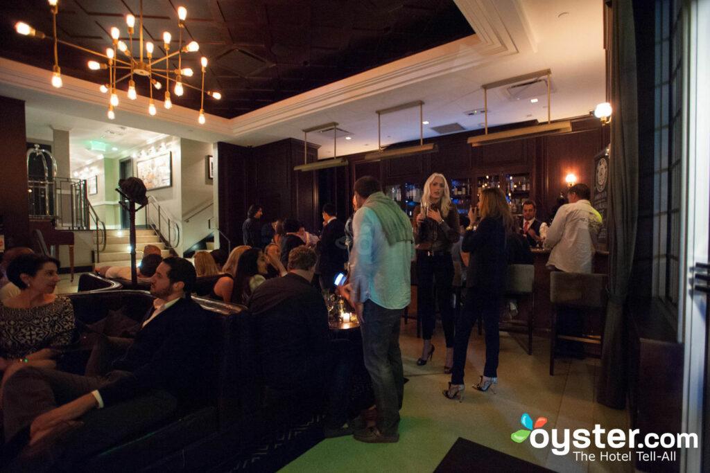 O bar do The Regent Cocktail Club no Gale South Beach Hotel é muito frequentado pelos locais.