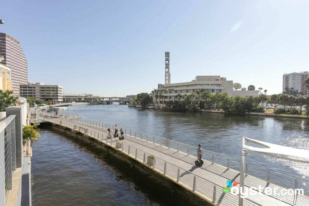 Riverwalk bei Aloft Tampa Downtown / Oyster