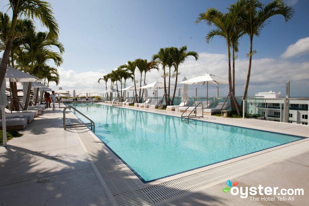 La piscina de la azotea tiene un bar, cabañas y vistas panorámicas del océano.