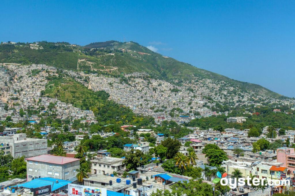 Vue sur les collines de Port-au-Prince depuis l' Oasis Royale Occidentale