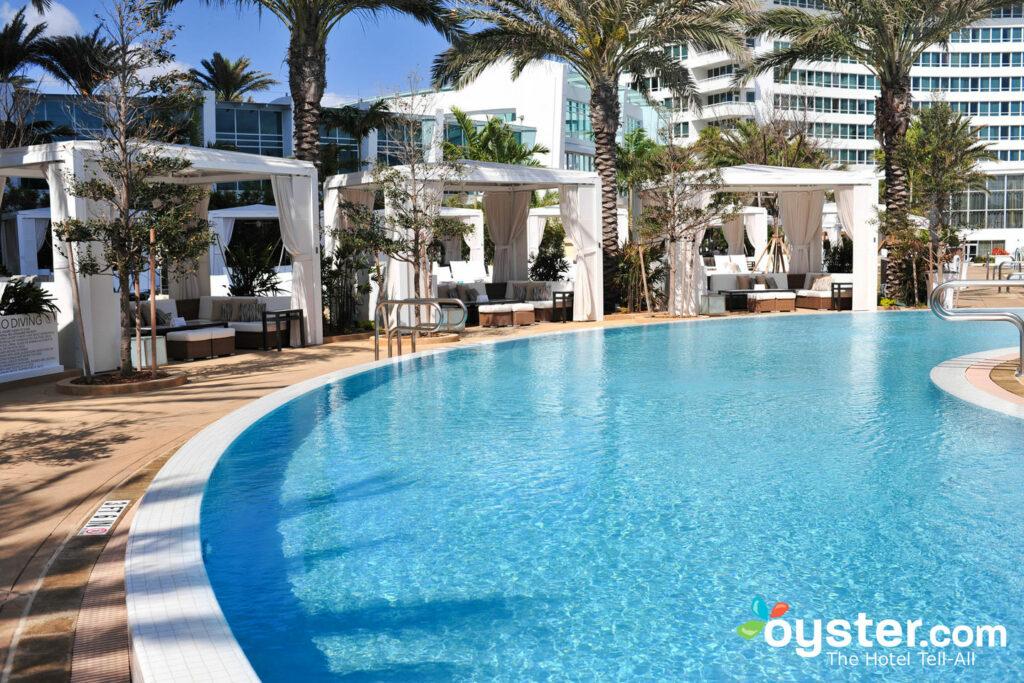 Depois das compras, nada melhor que a mordomia em uma das várias piscinas do Fountainebleau Miami Beach