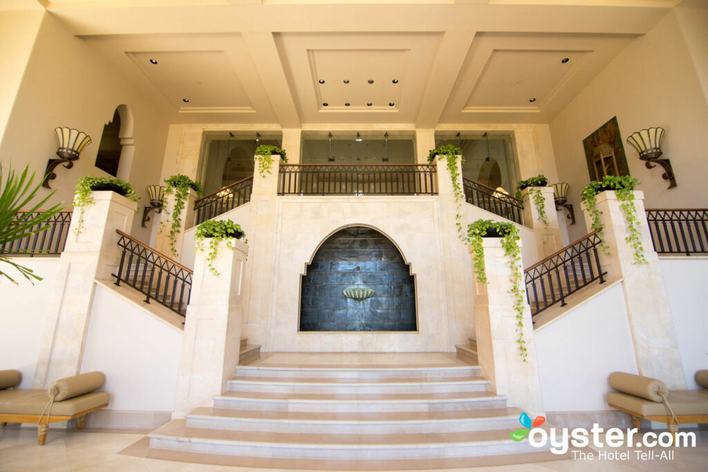 Al igual que el resto de la propiedad, las escaleras son grandiosas y lujosas.