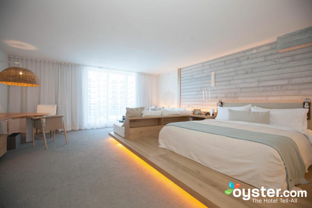 La habitación estándar con cama extragrande es amplia y está llena de tonos playeras.